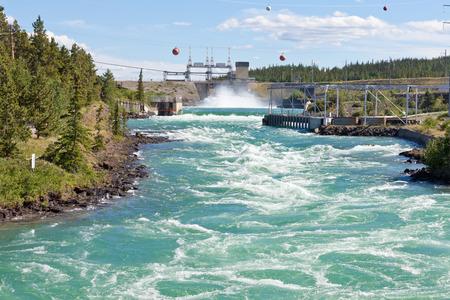 화이트 호스, 유콘, 캐나다의 작은 규모의 수력 역의 수력 발전소의 댐에 폭력 흰색 물 스톡 콘텐츠