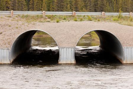 이중 배수로 기반 인프라 도로는 강물 터널의 강력한 현재 흐름을 통과한다.