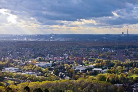 residentiële stedelijk gebied van Oberhausen Duitsland Europa met de zware industrie van het Ruhrgebied, Ruhrgebied, in de achtergrond