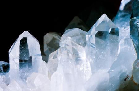 Klaster kryształów skalnych lub czystego kwarcu, osiągając różne mikrokrystaliczna krzemionki (SiO2) izolowanych na czarnym tle. Ten kamień jest powiedziane, miała wielką moc uzdrawiania. Birthstone na kwiecień Zdjęcie Seryjne