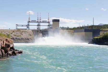Gewelddadige white water in afvoerkanaal van hydro-elektrische centrale van de kleinschalige waterkracht station in Whitehorse, Yukon, Canada