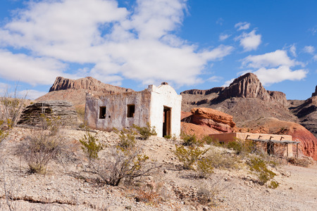 western usa: Deserted rancheria adobe buildings in colorful hot rocky desert of south western Texas, USA Stock Photo