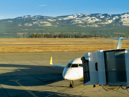 ホワイト ホース国際空港、ユーコン準州、カナダにご搭乗の旅客機の準備