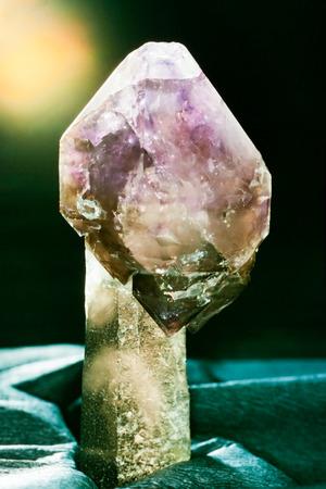 quarz: Amethyst scepter crown on quartz mineral crystal, a beautiful specimen of powerful gemstone, birthstone for April
