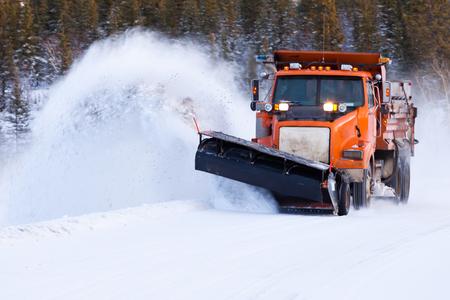 Schneepflug-Reinigungsstraße nach Winterschneesturm-Blizzard für Fahrzeugzugang
