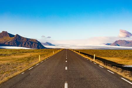 Empty Route 1 Ring Road in barren landscape near Jokulsarlon with great view of Vatnajokull glacier ice-field, Iceland, IS, Europe 写真素材 - 118488293