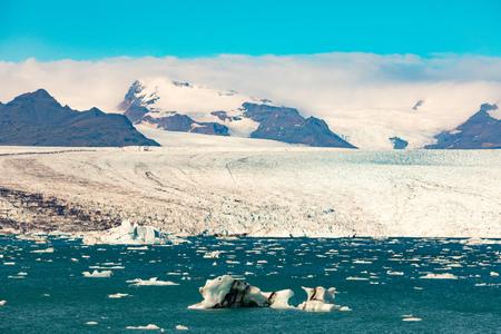 Jokulsarlon glacier lagoon in front of vast expanse of Vatnajokull glacier ice field in Vatnajokull National Park, Iceland, IS, Europe 写真素材 - 118488295
