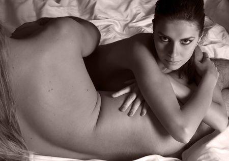 pareja desnuda: Hermosa mujer desnuda se mantiene a un hombre desnudo. Monocromo Foto de archivo