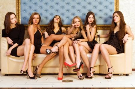 voluptuous: Gruppo del modello bello in un nero vestiti