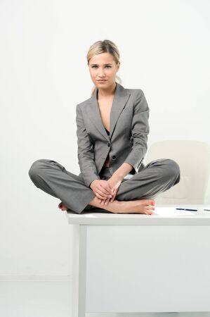 office break: Joven bella empresaria est� sentado a la mesa en la Oficina. Romper el tiempo de relajaci�n.