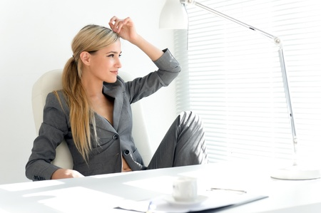office break: Joven empresaria hermosa traje gris en la Oficina. Tiempo de descanso con caf? Foto de archivo