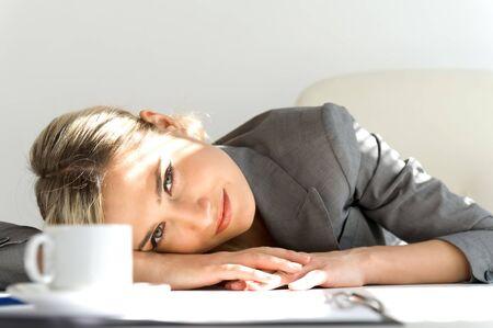 office break: Joven bella empresaria est� sentado en la Oficina. Tiempo de descanso con caf� Foto de archivo