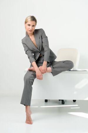 office break: Joven bella empresaria est� sentado a la mesa en la Oficina. Romper el tiempo de relajaci�n
