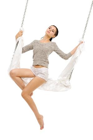 columpio: Hermosa mujer balanceándose en un columpio. Imagen aislada Foto de archivo