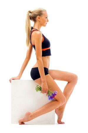 sport wear: Retrato de la hermosa mujer en un desgaste del deporte en el estudio.