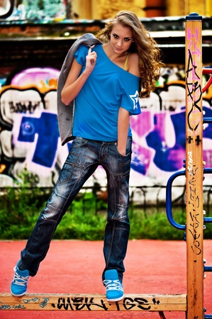 wand graffiti: Portrait der sch�nen jungen Frau mit Wand-Graffiti-Hintergrund. Stra�e Fotoshooting.