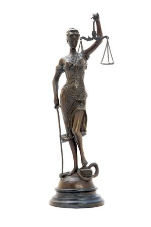 diosa griega: estatuilla de bronce antiguo de los diosa Themis. Imagen aislada.