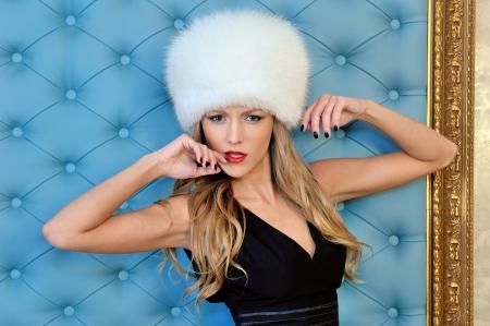 Portrait torse de la belle femme dans le chapeau de fourrure blanche Banque d'images