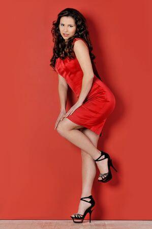 voluptuosa: Retrato de la mujer hermosa en un vestido rojo.