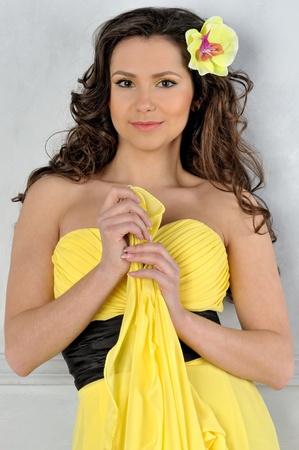 voluptuosa: Torso Porrait de la mujer hermosa en un vestido amarillo. Foto de archivo