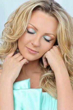closed eyes: Portret van de mooie blonde vrouw met gesloten ogen.