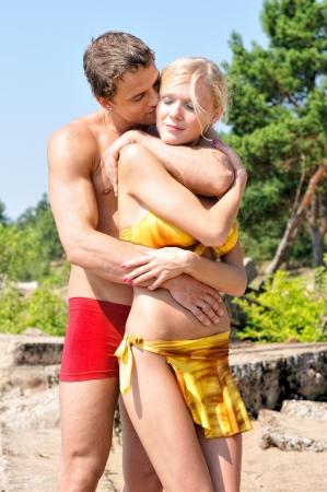 Sch�ner Mann und Frau, die auf dem Strand. photo