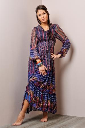 pieds nus femme: Belle femme aux pieds nus dans la robe bleue de long. Studio de prise de vue. Banque d'images