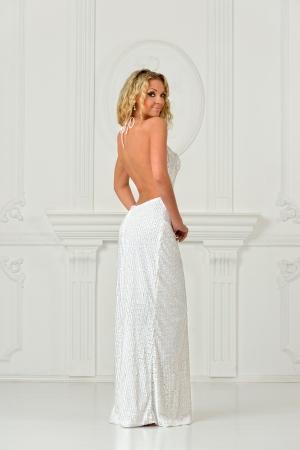 Femme Bonde Belle Longue Robe Blanche Sexy Avec Dos Nu Tourne En Studio Interieur Blanc Banque D Images Et Photos Libres De Droits Image 17885182