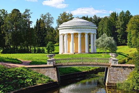 Sommerlandschaft Des Pawlowsk Garten, Russland. Blick Vom Pool In ...