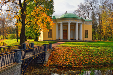 selo: Autumn landscape in Catherine park, Pushkin, Russia. View to  the Concert Hall pavilion. Stock Photo
