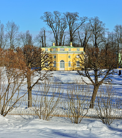 badhuis: Winterlandschap met Upper Badhuis paviljoen en meer in Catherine tuin, Pushkin, Rusland Redactioneel