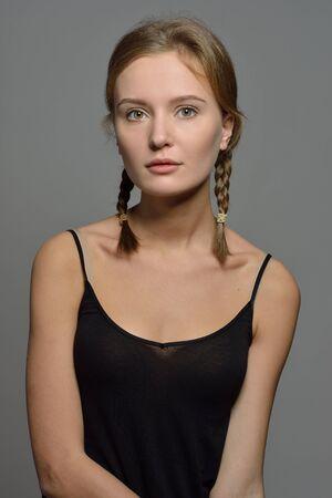 Portrait émotionnel de la belle femme en haut noir. Condition de maquillage naturel.
