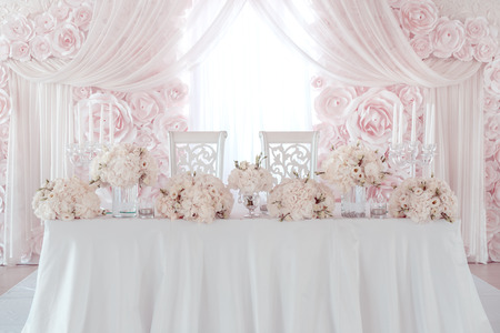 pink wedding: wedding flower decoration on table Stock Photo