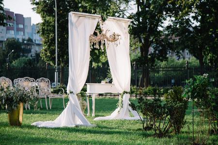 夏の庭でビンテージ結婚式のアーチ