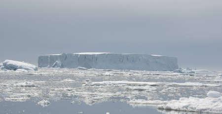 tabellare: Tabular iceberg nell'oceano.