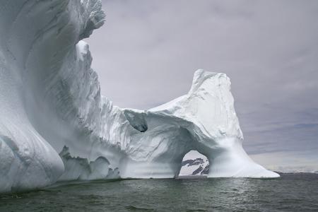 南極海でを介してアーチを持つ大規模な氷山