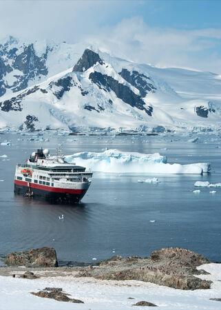 pinguinera: barco tur�stico que se encuentra en el estrecho cerca de la colonia de ping�inos
