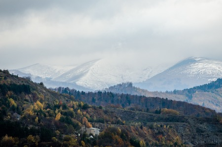 Contrast between autumn hills and snow covered high mountains - landscape from Slovakia, the Tatry - Europe Banque d'images