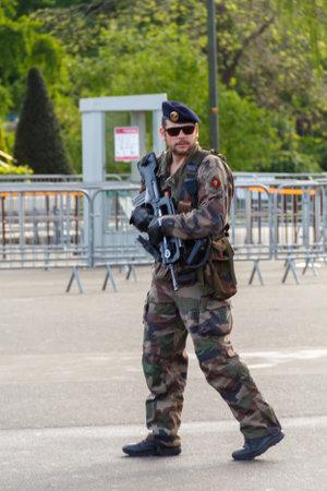 boinas: Par�s, Francia - 9 de mayo 2014: franc�s Marines patrulla cerca de la Torre Eiffel. Editorial