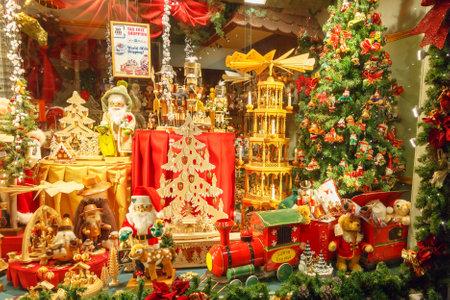 Brugge, België - 24 december 2014: ingericht voor Kerstmis etalage in Brugge.