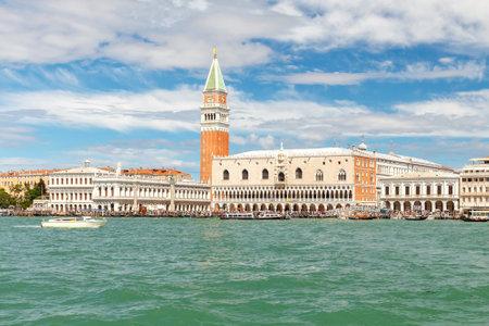 literas: Venecia Italia 24 de mayo 2015: Paseo de San Marco en Venecia con góndolas literas en la mañana.