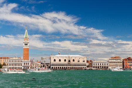 literas: Venecia Italia 24 de mayo 2015: Paseo de San Marco en Venecia con g�ndolas literas en la ma�ana.
