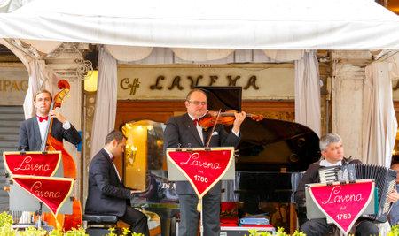 santa cena: Venecia Italia 20 de mayo 2015: cuarteto musical tocando pieza clásica de un café en la Plaza de San Marcos en Venecia. Editorial