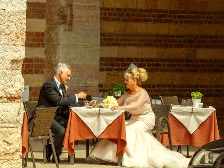honeymooners: Verona Italia 26 de mayo 2015: Un par de reci�n casados ??en la torre Lamberti patio en Verona.