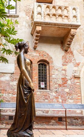 juliets: Verona, Italy - May 26, 2015: Statue and Juliets balcony in Verona. The main tourist attraction. Editorial
