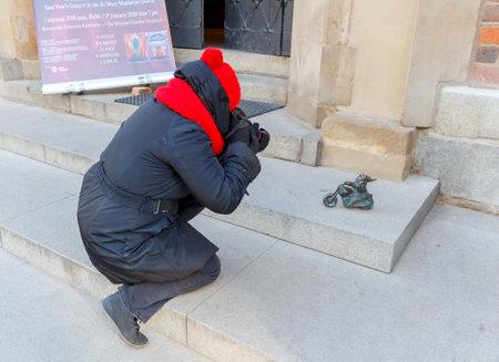 gnomos: Wroclaw, Polonia - Diciembre 31, 2015: Las peque�as esculturas de bronce de los gnomos. M�s de 250 figuras se establecen en las calles de Wroclaw y es un s�mbolo de la ciudad. Editorial