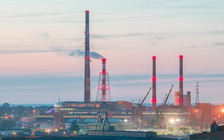 tubos de humo de los astilleros de Gdansk al atardecer.