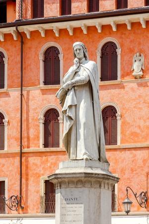 dante alighieri: Statue of poet Dante Alighieri in Verona.