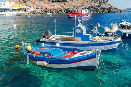 paisaje mediterraneo: Puerto Antiguo del pueblo de Oia en la isla de Santorini en el Mar Egeo. Grecia.