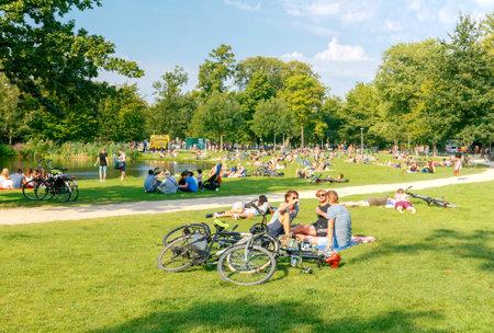 Amsterdam, Nederland - 27 augustus 2016: Vondelpark een favoriete plek voor rust en wandelen bewoners en toeristen. Het park heeft een goede infrastructuur voor fietsers.